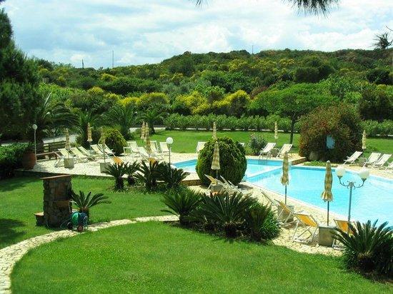 Resort Capo Bianco: Piscina e giardino