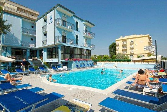 Hotel Mercedes : Hotel e piscina