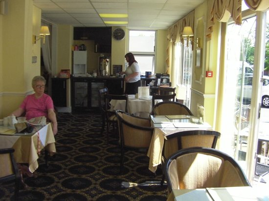 The Bedford Hotel: Coffee shop area - sunshine time.
