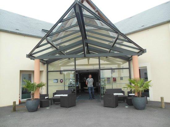 Acadine Hotel : Entrée de l'hôtel
