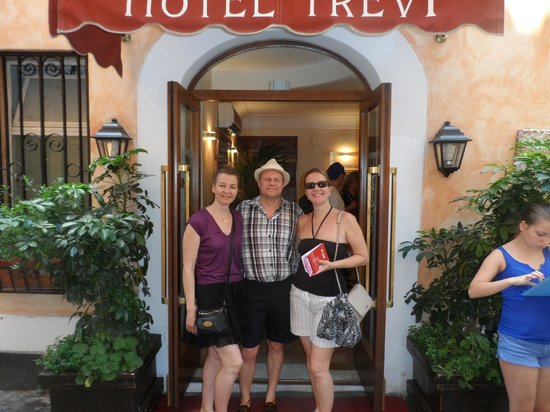 Hotel Trevi: KAREN OUTSIDE WITH JANE AND GARY