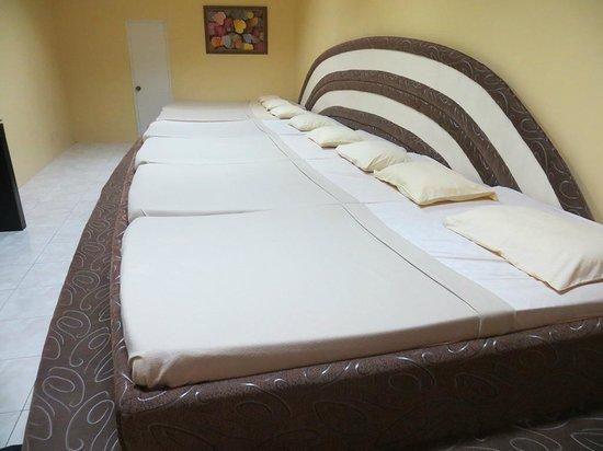 Golden Sunset Village Resort & Spa: Suite beds