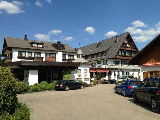 Hotel Engel Obertal : Foto vum Parkplatz aus aufgenommen.
