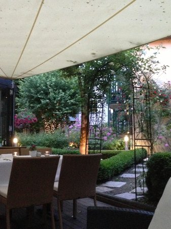 Maximilian Munich Apartments & Hotel: Garden over a drink in the evening