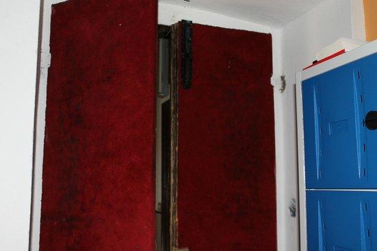 Hostel California: Broken door and broken lockers