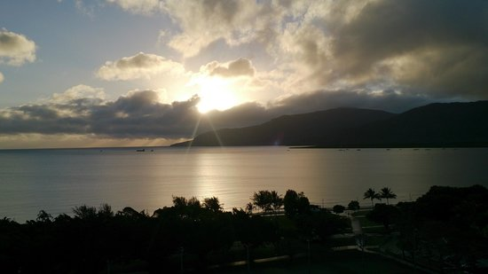 Rydges Esplanade Resort Cairns: View from 10th floor - Coral Sea