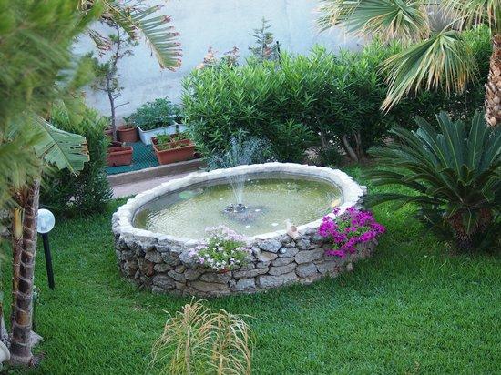 Eccezionale La fontana del giardino - Foto di Villa le due Palme, Isola Delle  UX75