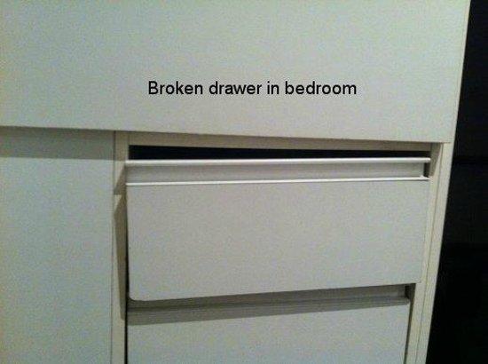 Punthill Flinders Lane Apartments: One bedroom apt drawer broken in bedroom- wouldn't open