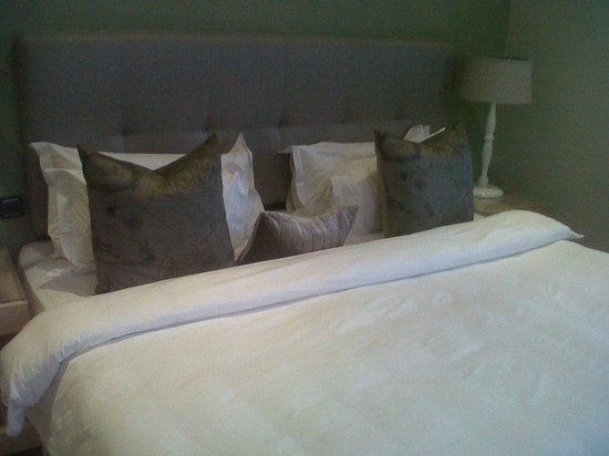 Sugar Hotel & Spa: Enormous bed