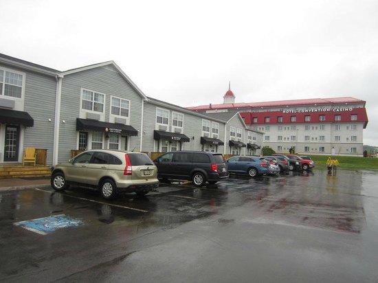 Amsterdam Inn & Suites Moncton : Habitaciones con entrada por el paequeadero