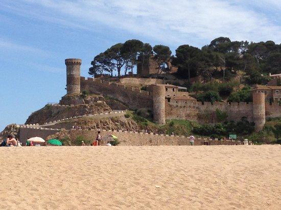 Hotel Marina Tossa: Tossa's main beach & castle