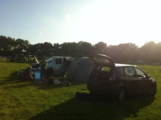 Forgewood Camping: Cars next to the tent and campfire