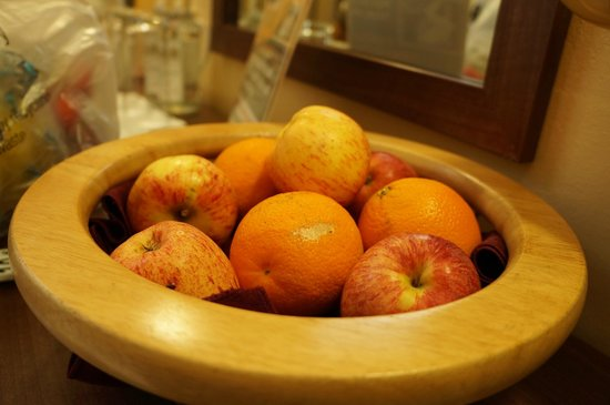 Royal Oxford Hotel: free apples and oranges