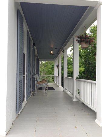 Oak Gables Bed & Breakfast: Front Porch