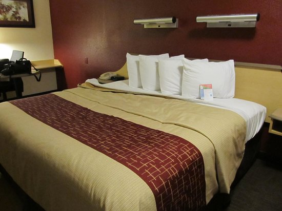 Red Roof Inn Allentown Airport: Fresh as a daisy smell  in room 322
