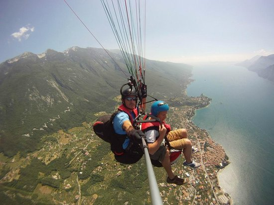 Tandem Paragliding Malcesine: heading over the lake