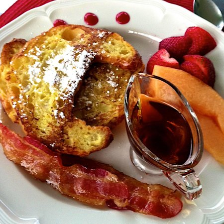 16 Beach Street Bed and Breakfast: Citrus crossants, REAL maple syrup, fresh fruit and bacon.