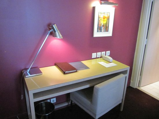 Hotel Beauchamps : Desk
