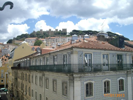Pensao Praca da Figueira : vew from the room to the St George castle
