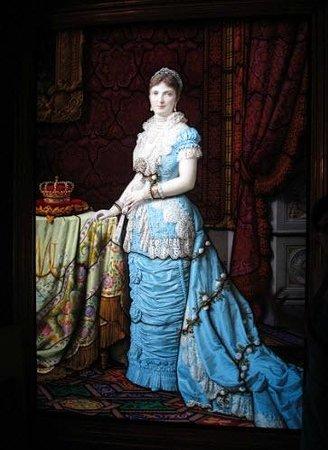 Museo-Laboratorio di Vetrate Artistiche Moretti Caselli : Breathtaking portrait of Queen Margherita - stained glass.