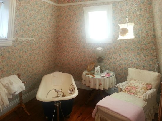 Cedar Crest Inn : Bathroom in the Tower Room
