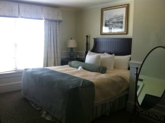 The Inn at Pocono Manor: updated room with king bed