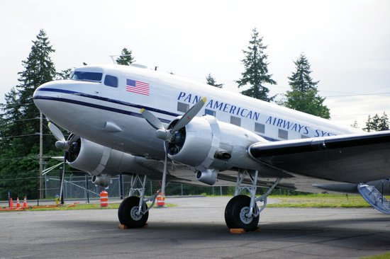 Historic Flight Foundation: Beech 18 with grounded Boeing 787 in background