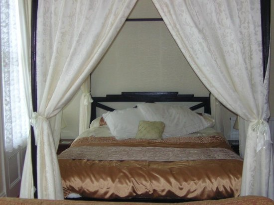 Boundary Hotel: our four poster bedroom ...room 2