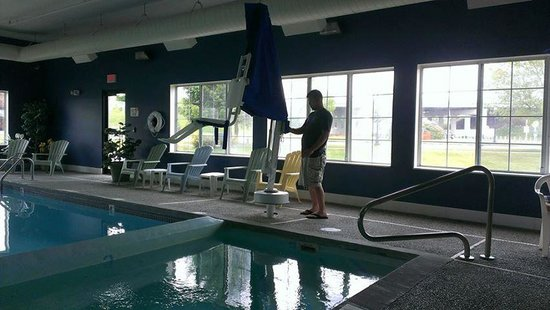 Baymont Inn & Suites Mackinaw City : Accessible swimming pool for wheelchair users