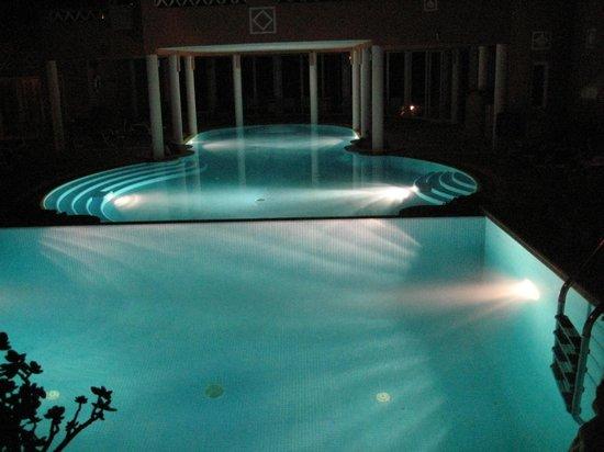 Montinho de Ouro: zwembad 's avonds
