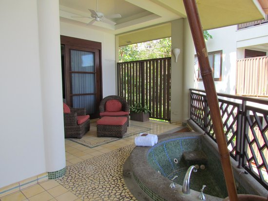 Arenas del Mar Beachfront & Rainforest Resort: Private jacuzzi on the balcony