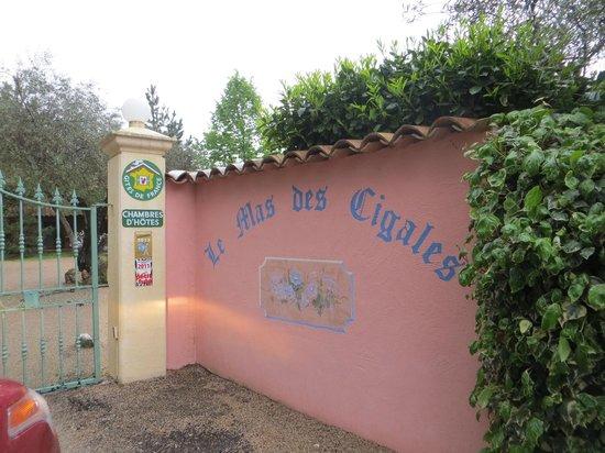 Le Mas des Cigales: entrance gate