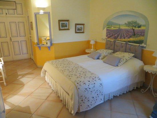 "Le Mas des Cigales: the ""Lavande"" room"