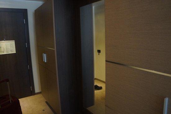 Sheraton Milan Malpensa Airport Hotel & Conference Centre: Closet