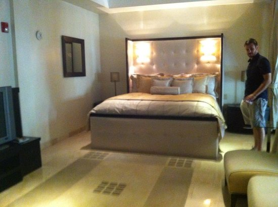 Cervantes: Penthouse Bedroom With Large Flat Screen and Seating