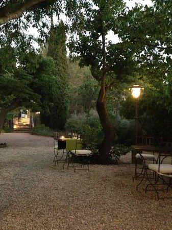 Hotel Restaurant Villa Glanum Saint Remy de Provence : tables en terrasse