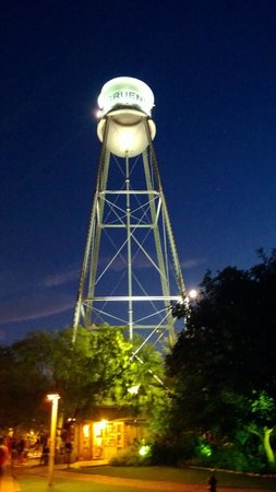 Gruene River Hotel & Retreat: Outside Gruene Hall