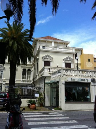 Villa Imperiale Hotel: Front of hotel