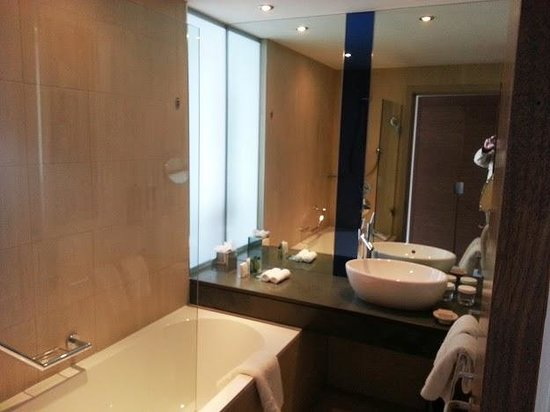 Hilton Manchester Deansgate: View of Bathroom
