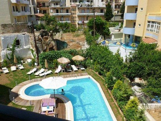 Leonidas Hotel & Apts: Вид из номера Leonidas Hotel