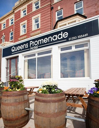Queens Promenade Hotel: Frontage Terrace and Flowers