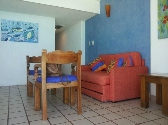 Oleo Cancun Playa: Living room (rooms have a bedroom and living room and a small bathroom)