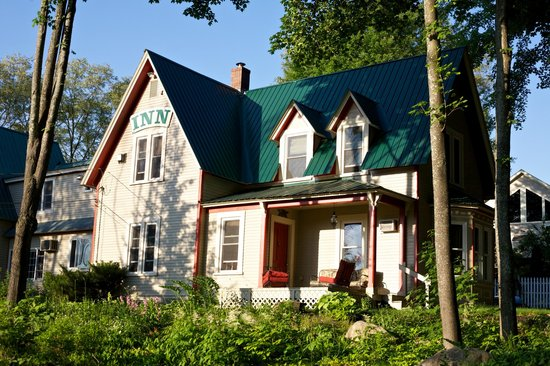 Red Elephant Inn Bed & Breakfast: The outside of the B&B