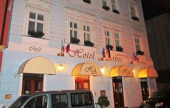 Arbes: facade de l'hotel