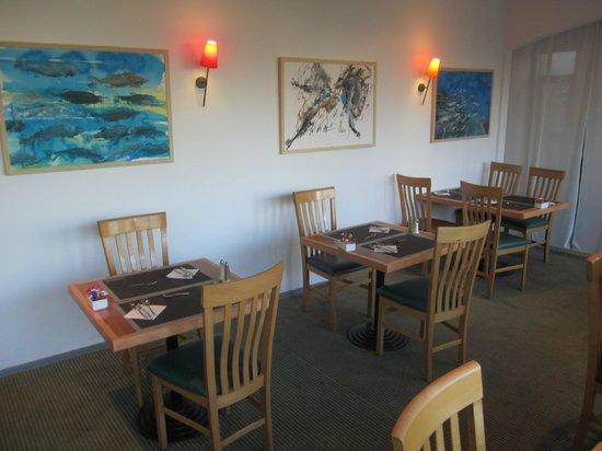 Hotel Novotel Perpignan : Farbige Bilder im Speisesaal