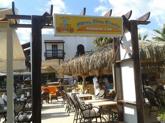 Bitez Han beach bar and resteraunt: Entrance on Boulevard