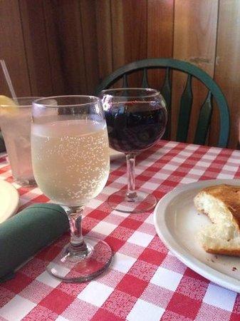 Freddie's Restaurante: wonderful Moscato and Merlot
