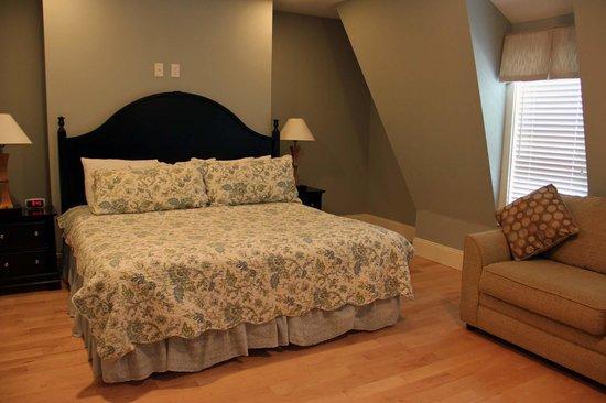 Atlantic House Inn : The Loft - Second floor bedroom