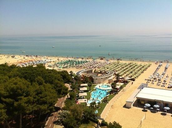 Hotel Sporting: veduta dall'ultimo piano, sotto la spiaggia privata con piscine e anfiteatro.