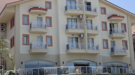 Side West Resort: vooraanzicht van de hotelkamers vanaf het zwembad
